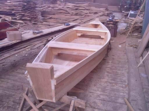 Деревянная лодка-плоскодонка