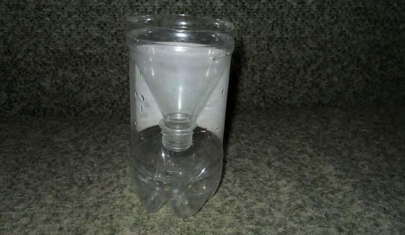 Вставляем обрезанное горлышко в бутылку