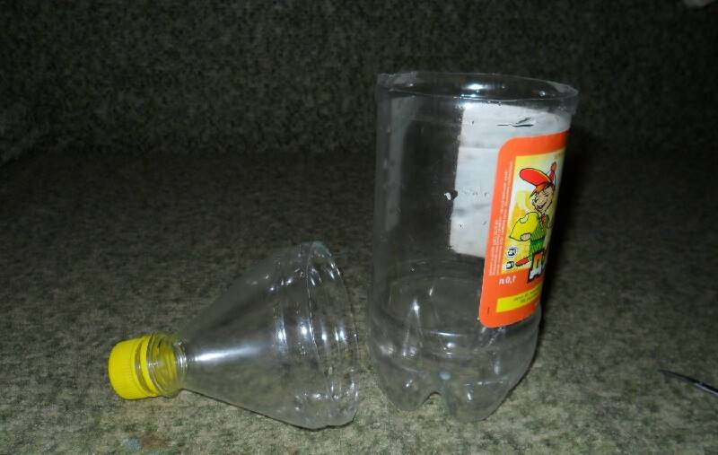 Берем пластиковую бутылку и отрезаем горлышко