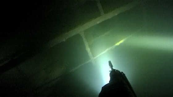 Подводная охота в прозрачной воде ночью