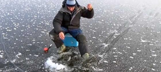 Видео рыбалки зимой по перволедью