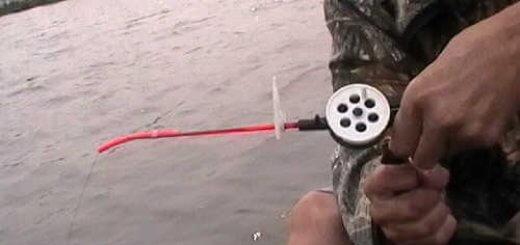 Ловля окуня на зимнюю удочку с лодки видео