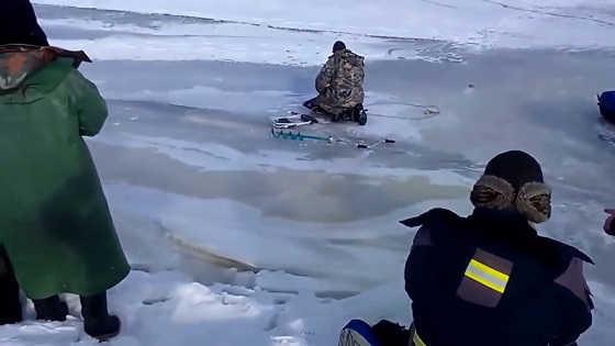 Волна ломает лёд видео