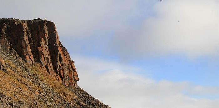 Разноцветные скалы в Арктике