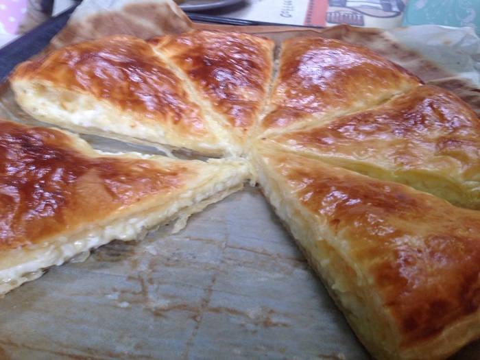 Слоеный сырный пирог
