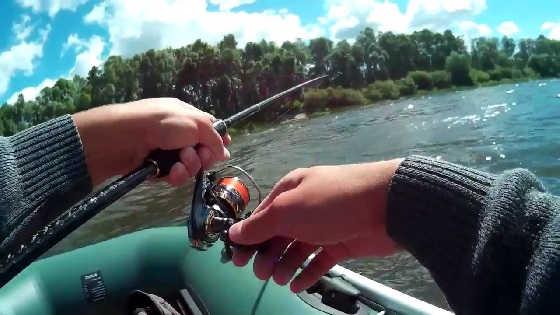 Рыбалка на спиннинг с лодки летом видео