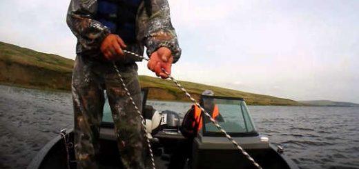 Как заякорить лодку на течении