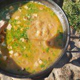 Фасолевый суп в казане на костре