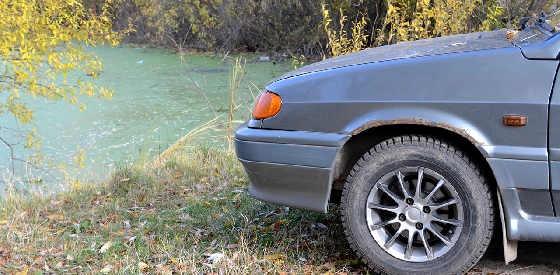 Где можно поставить машину у водоема