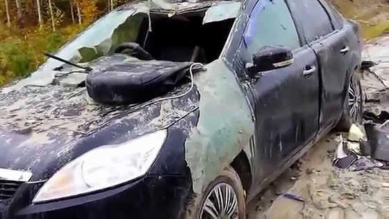 Раненый медведь разорвал машину охотника