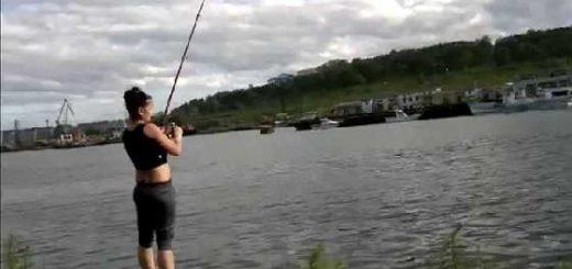 Девушка пытается поймать горбушу