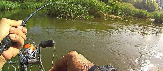 Рыбалка на небольшой речушке со спиннингом