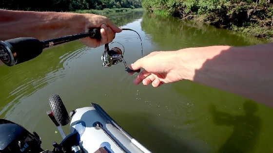 Рыбалка сплавом по красивой речке