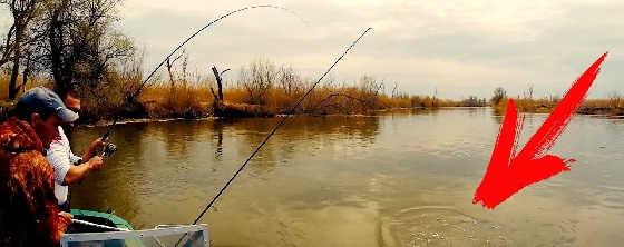 Рыбалка в дикаре на лодке в сплаве