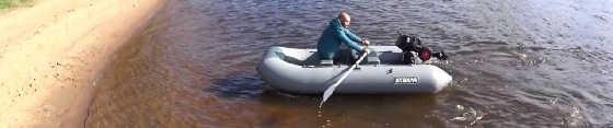Лодка Ракета под веслами