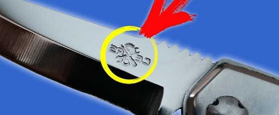 Рисунок на ноже обычной солью