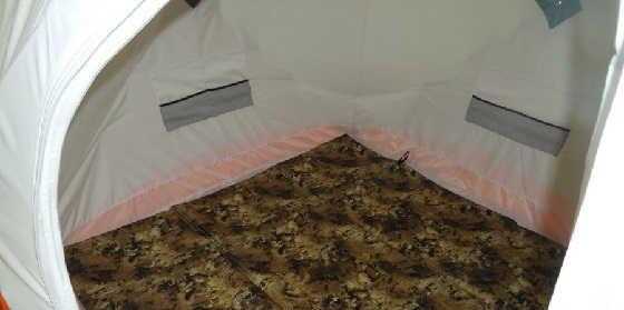 Размещение вещей в палатке и установка лунок в пол