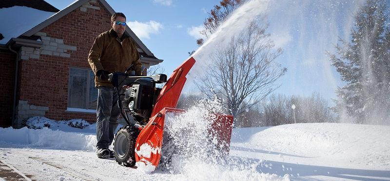 Снегоуборщик легко справится с уборкой снега