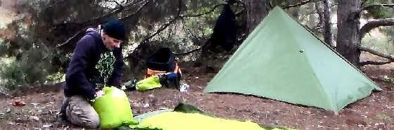 Обогрев палатки в зимнем лесу без печки