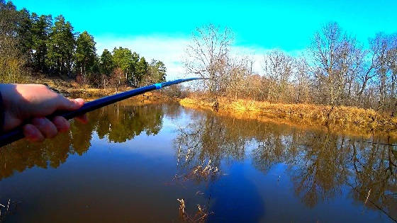 С поплавком на малую реку весной