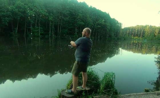 Рыбалка на сказочном водоёме в лесу