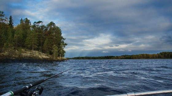 Рыбалка с лодки на спиннинг в Карелии