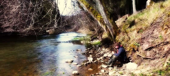 Рыбалка в лесном лагере на красивой речке