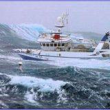 Рыболовное судно в шторм