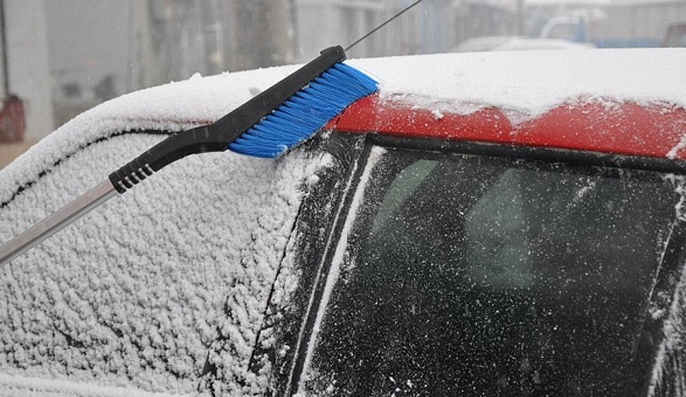 Выбираем щетку для очистки кузова автомобиля от снега