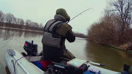 Рыбалка С НОЧЁВКОЙ В ЛОДКЕ В мороз