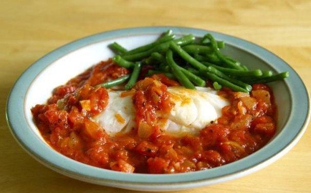 Треска с фасолью и беконом в томатном соусе