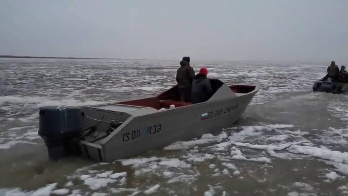 Моторная лодка уходит от погони