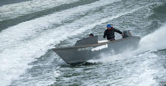 Пограничные катера пытаются задержать лодку с браконьерами