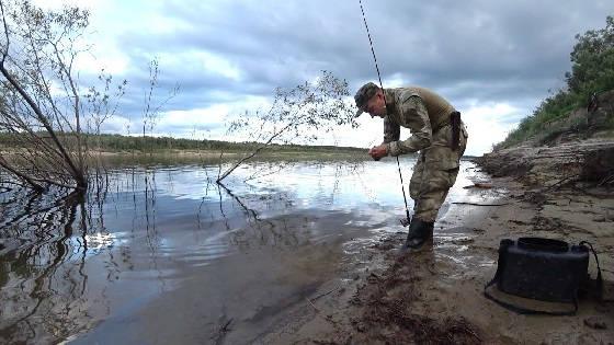 Рыбалка в вечернее время на большой реке