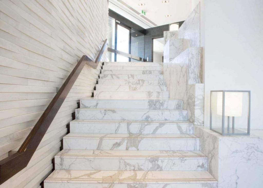 лестница мощеная мрамором