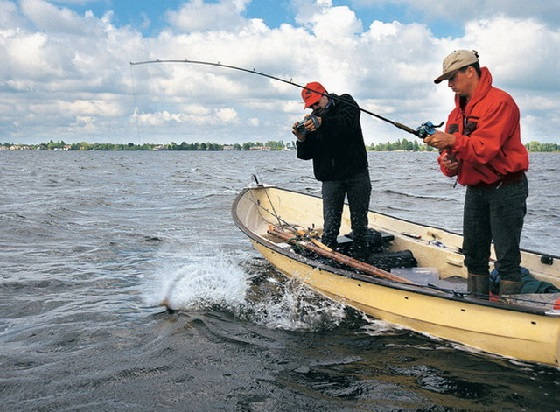 Спиннинг с лодки на озере